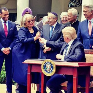 Alveda receives pen from President Trump